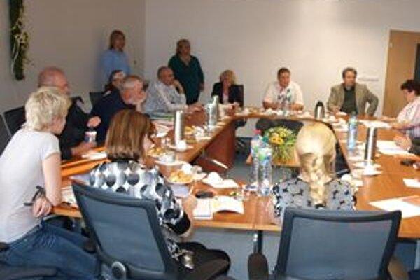 Komisia zatiaľ informovala len o registrácii kandidátov na župana.
