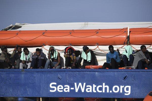 Loď sa pri Sicílii nachádza od piatka 25. januára, čo vyvolalo pobúrenie Organizácie Spojených národov.