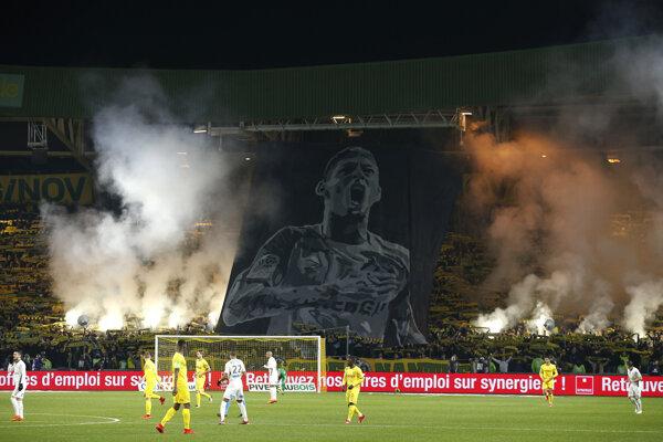 Podobizeň Emiliana Salu počas ligového zápasu medzi FC Nantes a St. Étienne.