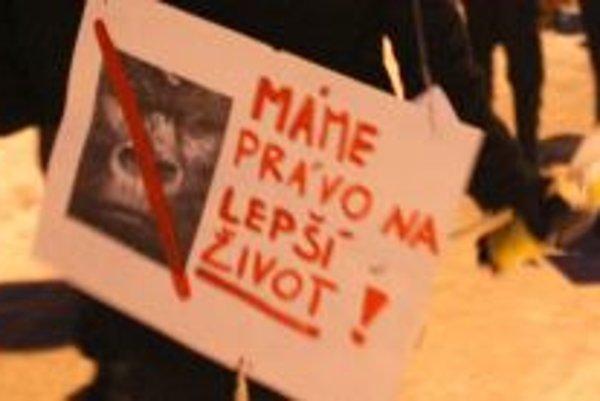 Nielen za právo na lepší život, ale aj proti výstavbe čerpacej stanice protestovali asi dve stovky ľudí v Ružomberku.