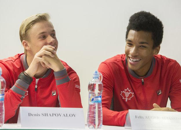 Na snímke zľava kanadskí daviscupoví reprezentanti Denis Shapovalov a Félix Auger-Aliassime počas tlačovej konferencie pred kvalifikačným duelom Davisovho pohára Slovensko - Kanada vo štvrtok 31. januára 2019 v Bratislave.