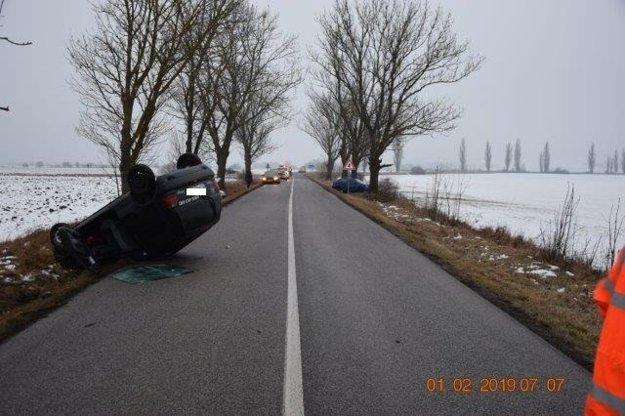 Vodič dostal na namrznutej ceste šmyk. Auto skončilo v protismere na streche.