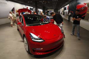 Tesla chce začať výrobu v závode v Šanghaji v druhej polovici tohto roka a jej cieľom je produkovať tritisíc Modelov 3 týždenne.