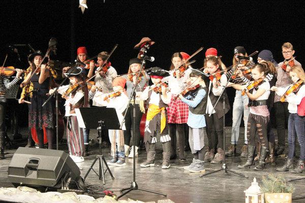 Piráti z Karibiku v podaní tridsiatky huslistov priniesli emócie, humor. Rozburácali sálu a rozbehli atmosféru.