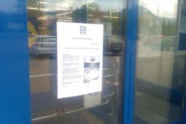 Informáciu o ryži nevhodnej na konzumáciu si nie všetci zákazníci všimli, pretože ju umiestnili na dvere, ktoré sa po preťatí lúča fotobunky pri vstupe otvoria odsunutím jednotlivých krídiel.