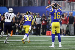 Jared Goff z Los Angeles Rams sa chytá za hlavu po interception.
