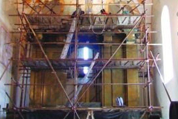 Tabuľové maľby na oltároch sú veľmi poškodené.
