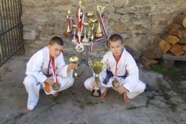 Michal Gažo a Dominik Imrich sú mladí liptovskí karatisti a majú za sebou veľa zaujímavých úspechov.