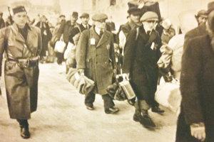 Strýko Joži v zástupe ľudí, ktorých odvádzajú do koncentračného tábora.