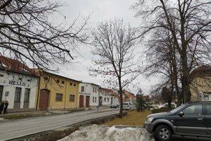 Veľká Lomnica, niektorý miestnym sa výška odmien riaditeľa školy nepozdáva.