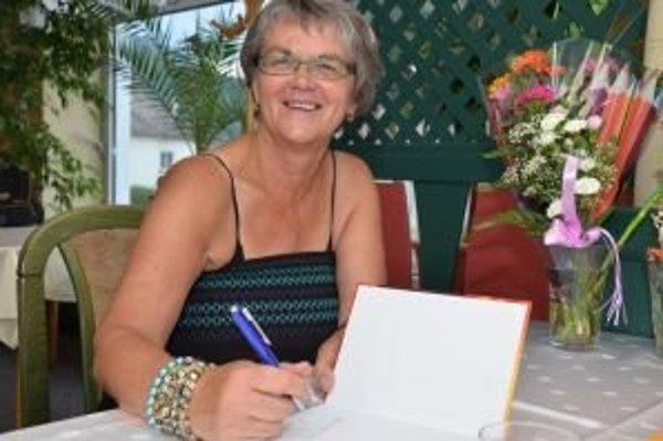 DagmaRA Sarita Poliaková na stretnutí s postavami z jej knihy ochotne rozdávala podpisy.