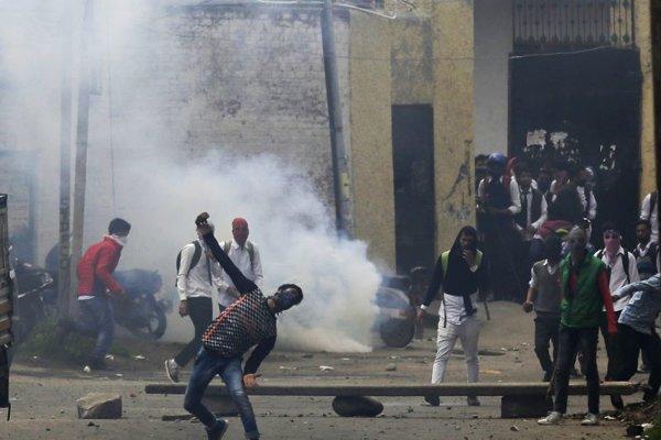 Kašmírsky študent hádže kamene na indických policajtov počas protestov v indickom Šrínagare.