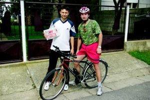 Miro (vľavo) chodieva na futbal s kamarátom Braňom na bicykli. Či bol na večeri s priateľkou Zuzkou, sme sa už nedozvedeli.