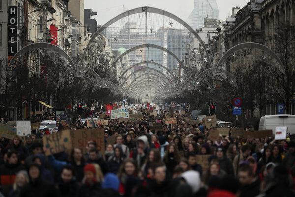 Študenti už dva mesiace vždy vo štvrtok vynechajú školu a idú demonštrovať do ulíc.