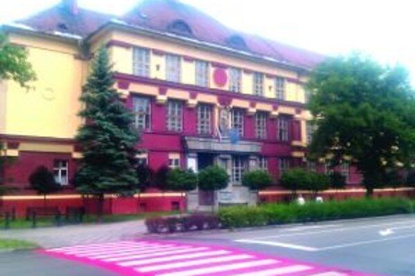 Základná škola na Dončovej ulici je v zozname národných kultúrnych pamiatok. Podmienky pamiatkarov pri výmene okien výrazne predražilo stavebné práce. Mesto musí preto vypísať novú súťaž.