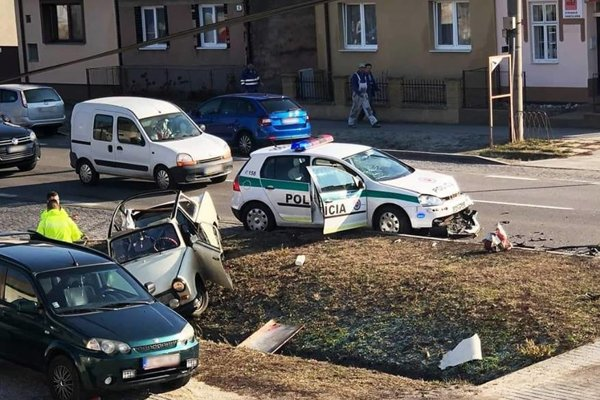 Policajti sa zrazili s Trabantom na Bratislavskej ulici v Kútoch.