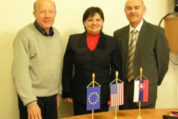 Stanislav Bella (vpravo) privítal  v Gymnáziu sv. Andreja amerických lektorov Lerryho Seidla a Barbaru Totu Boricku.