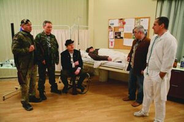 Prezidenta Ivana Gašparoviča  postrelili na poľovačke. Nie v skutočnosti, ale v mafiánskom seriáli. Postavu prezidenta stvárnil Laco Hámor (na fotografii leží v posteli).