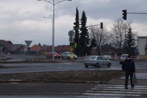 Po dokončení kruhovej križovatky sa má zlepšiť dopravná situácia na frekventovanom úseku v Liptovskom Mikuláši.