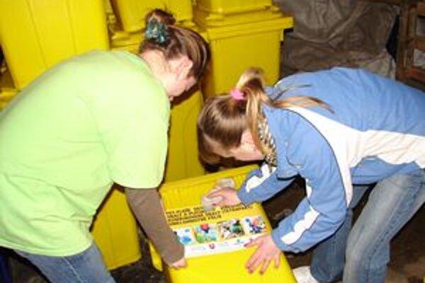 Príprava kontajnerov na separovaný odpad pre podnikateľské subjekty.