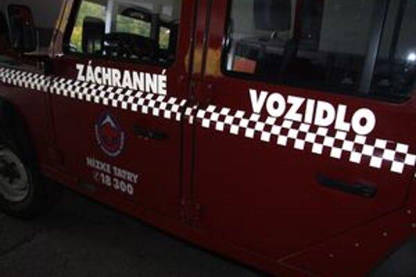 Horskí záchranári muža ošetrili a terénnym autom transportovali nemocnice.