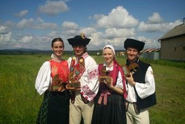 Laureátmi celoštátnej súťaže Šaffova ostroha  sa stali členovia folklórneho súboru Váh. Zľava Michaela Košová, Jakub Filipko, Lucia Šupejová a Štefan Lipovský.