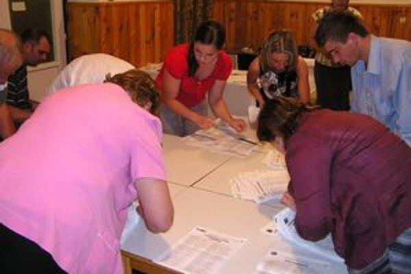 Volebná komisia vo Svätom Kríži spočítava hlasy voličov.