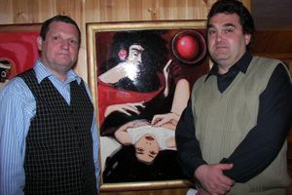 Štefan Packa (vľavo) nielen píše, ale aj maľuje. Na fotografii s maliarom Pavlom Petrášom pri jeho obraze.