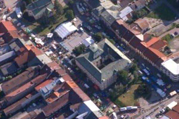 Takto vyzerá pešia zóna na leteckej fotografii. Tajomstvá ukryté za múrmi domov odhalí turistom sprievodca každú nedeľu.