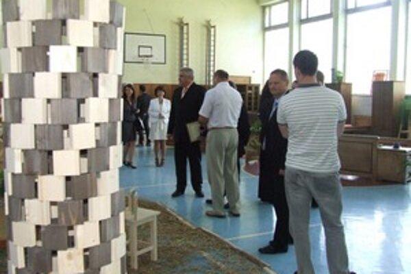 Výstava Život z dreva vyviera prezentuje výrobky žiakov školy a otvorená bude do piatku.