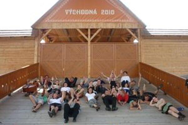 Účastníci tanečného tábora tancovali v amfiteátri, kde sa koná najväčší folklórny festival na Slovensku.