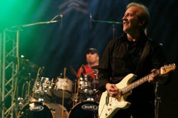 Zo zakladajúcich členov Čechomoru figuruje v zostave už len gitarista a spevák František Černý.
