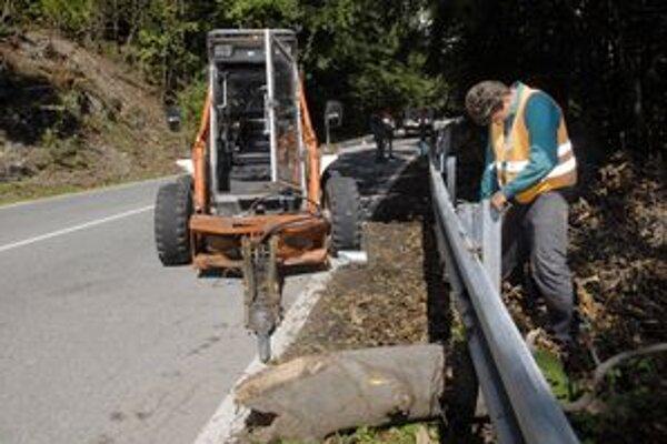 Riziko, že stromy popri ceste, ktorá spája Liptov s Horehroním, môžu padať, stále trvá. Pre vypilovanie stromov v podmáčanej pôde bude horský priechod zatvorený ešte ďalšie štyri týždne.