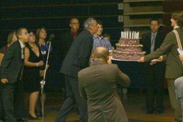 Eugen Valovič sfúkol sviečky na narodeninovej torte organizácie eRko, ktorú pred dvadsiatimi rokmi založil.