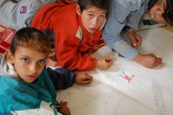 Deti v škole pracujú nielen s počítačmi. Prostredníctvom arteterapie vyjadrujú svoje zážitky a pocity na papier.