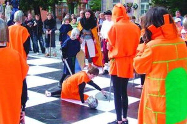Podujatie pod názvom Živý šach prebiehalo pred hotelom Kultúra.