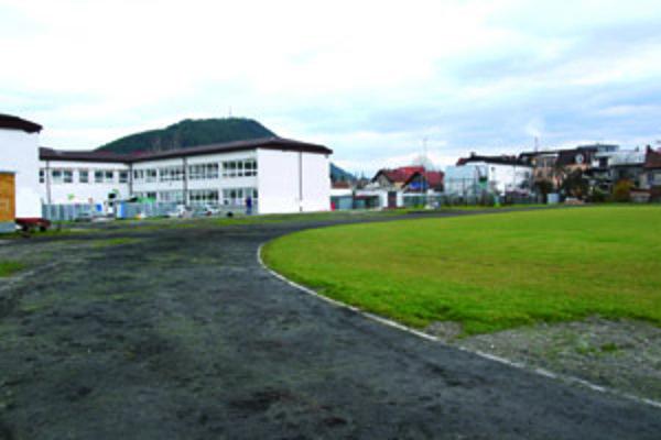 V ružomberskom okrese existuje len jediný ovál, ktorý sa nachádza v areáli Základnej školy Zarevúca.
