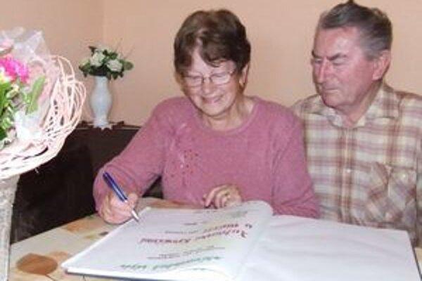 Zlatí manželia Kováčovci sa zapísali do pamätnej knihy obce.