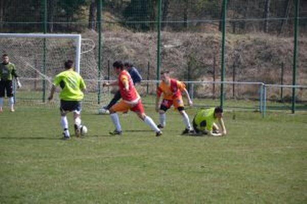 Papradno (v oranžovom) si zápas s Bolešovom predohráva.
