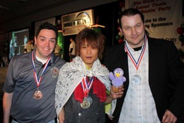 Traja najlepší mladí muži v točení pizzou nad hlavou jednou rukou. Mikulášan Marián Lorenčík vpravo.