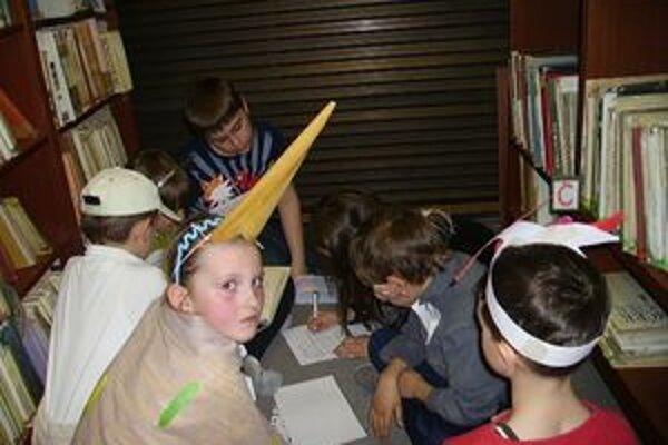 V knižniciach deti prežili rozprávkovú noc, zabávali sa a riešili rôzne úlohy.