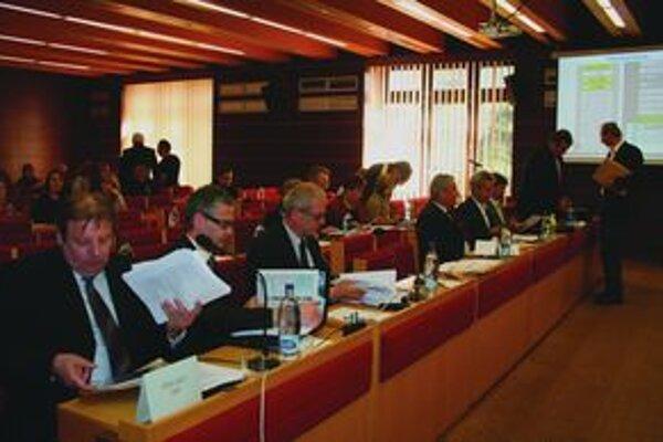 Rokovanie mestského zastupiteľstva v Liptovskom Mikuláši 5. mája trvalo rekordných desať hodín a skončilo sa hodinu po polnoci. Predchádzajúce trvali osem hodín. Dlhšie sú odvtedy, ako celý záznam vysiela mestská televízia. Viacerí si myslia, že poslanci