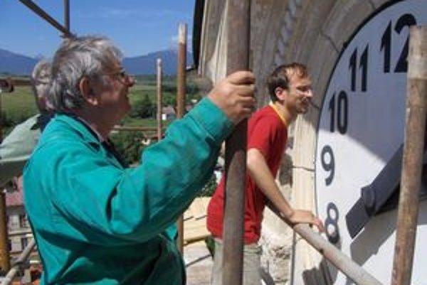 Hodinár Ján Pavella (vľavo) pri ciferníku hybských hodín, pri rekonštrukcii ktorých stál prvýkrát ako malý chlapec. Vtedy ešte netušil, že pred svojou päťdesiatkou zmení profesiu a vyučí sa za hodinára.