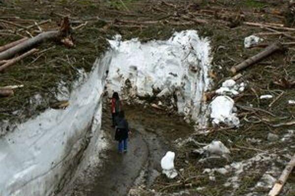 Zvedavé turistky pod stenou vytvorenou zo storočnej lavíny v Žiarskej doline.