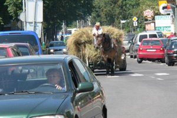Ján Janky je jedným z posledných gazdov v Liptovskom Mikuláši. Na ceste je medzi autami neprehliadnuteľný na svojom voze za kobylou Lilou.