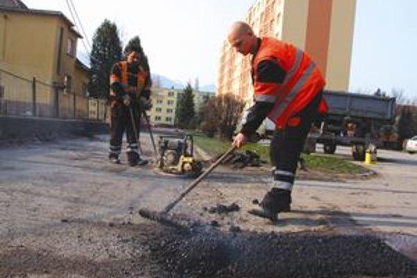 Mesto avizuje, že naďalej bude pokračovať v opravách ciest a chodníkov.
