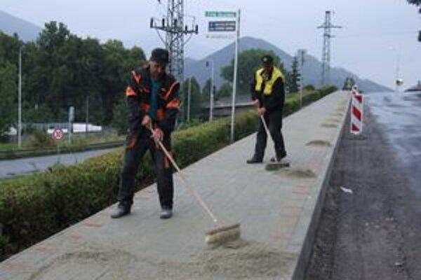Vďaka opatreniam v rozpočte môžu Hrádočania aj napriek kríze opravovať cesty a chodníky.