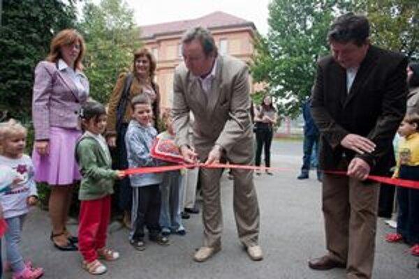 Primátor Ján Blcháč (vľavo) dnes slávnostnú pásku prestrihával v dvoch materských školách.