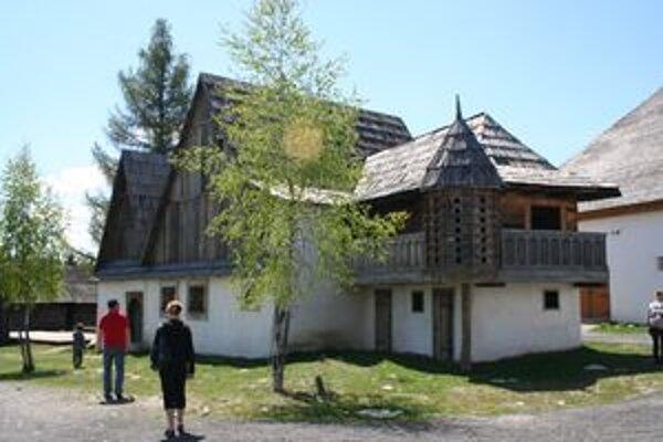 V Múzeu liptovskej dediny v Pribyline nakrúcali aj film o krvavej grófke Alžbete Bátoryovej. Kvôli nemu postavili v skanzene dobovú krčmu aj holubník, v ktorom sa odohrávali filmové scény. V skanzene ich nechali na pamiatku.