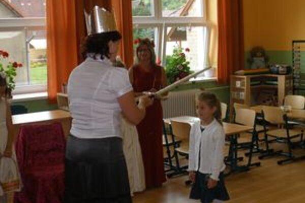 Prváci vo vynovenej škole zažili počas prijatia do žiackeho stavu rozprávkovú atmosféru.
